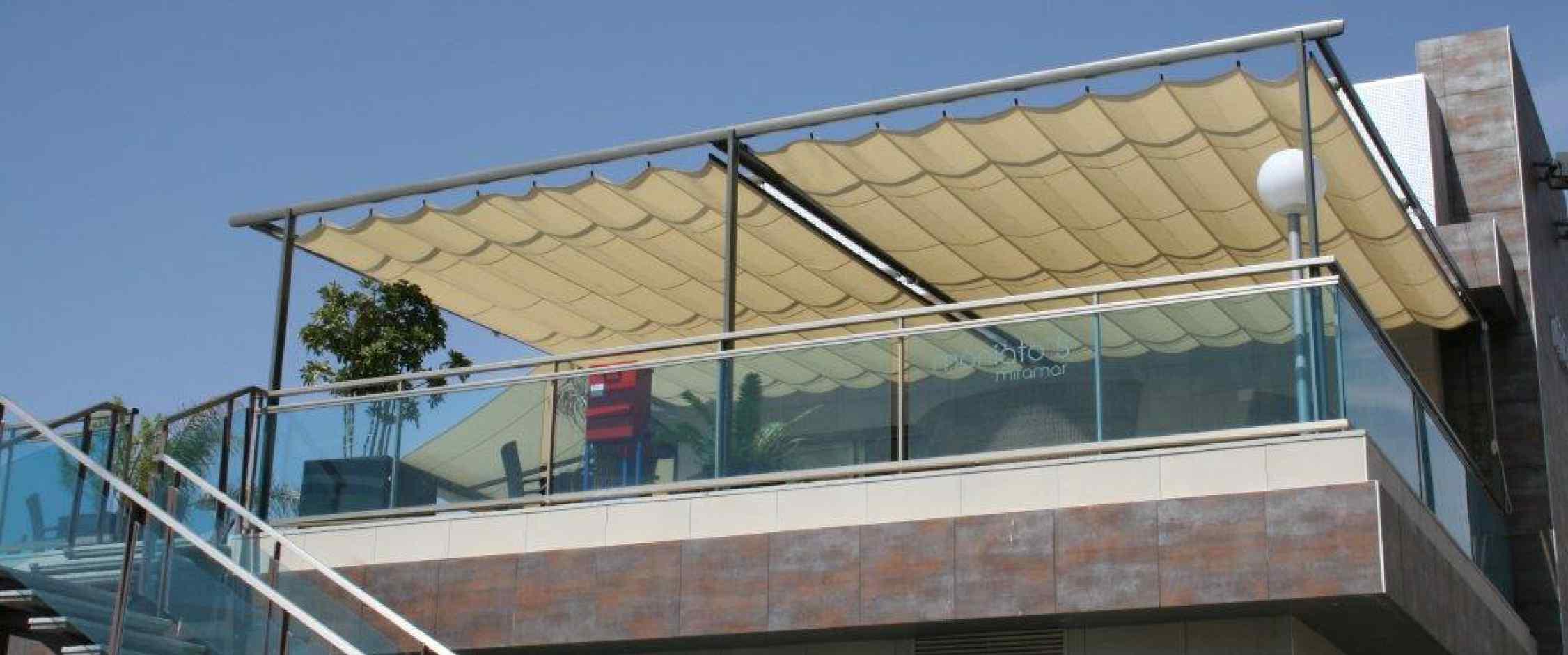 Toldo plano pérgola modelo Zen con portería de tres patas y dos módulos independientes para instalación en terrazas de median y gran superficie.
